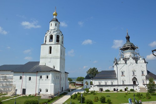 2017.07 Успенский монастырь. Никольская церковь (с колокольней) и Успенский храм