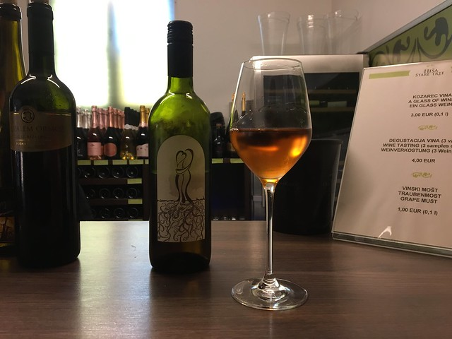 白ぶどうを使って赤ワインの製法で作られたオレンジワイン。いろんな料理に合いそう。