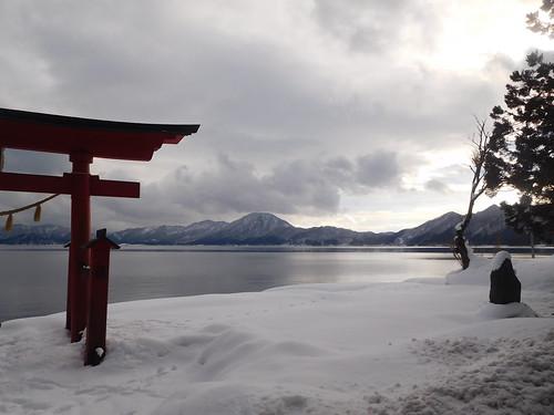 有名なたつこ像は湖の反対側にある