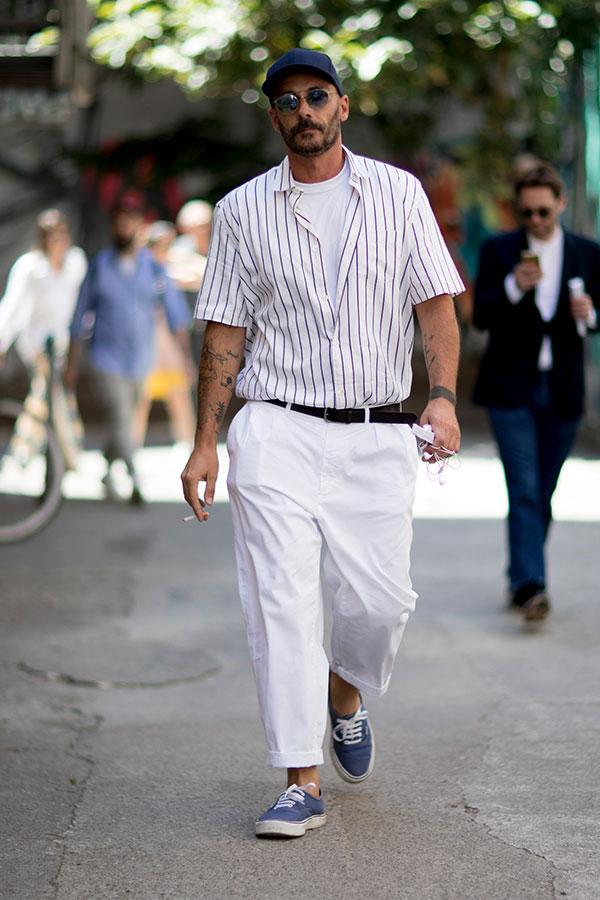 ネイビーキャップ×白エンジストライプ半袖シャツ×白無地Tシャツ×白パンツ×VANS ERAネイビー