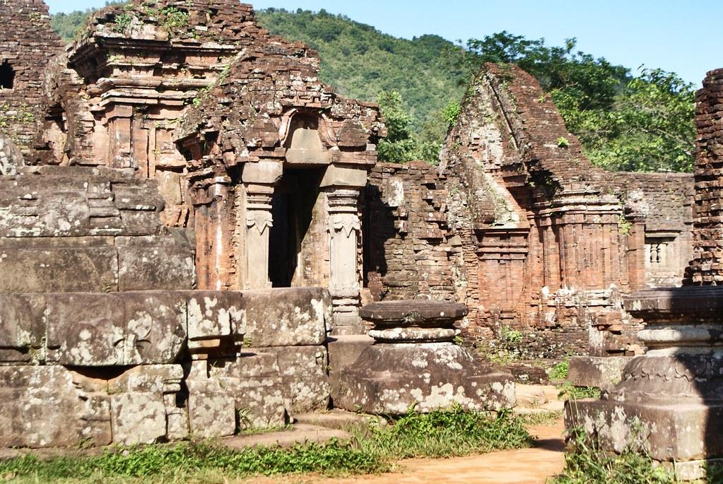 Rues et constructions du sanctuaire My Son au Vietnam.