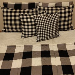 OK here they are, the #pillows I made w/ the #bedding ... #pillowcovers #plaid #buffaloplaid #gingham #beddys #zipperbedding #zipyourbed #sleepingbag
