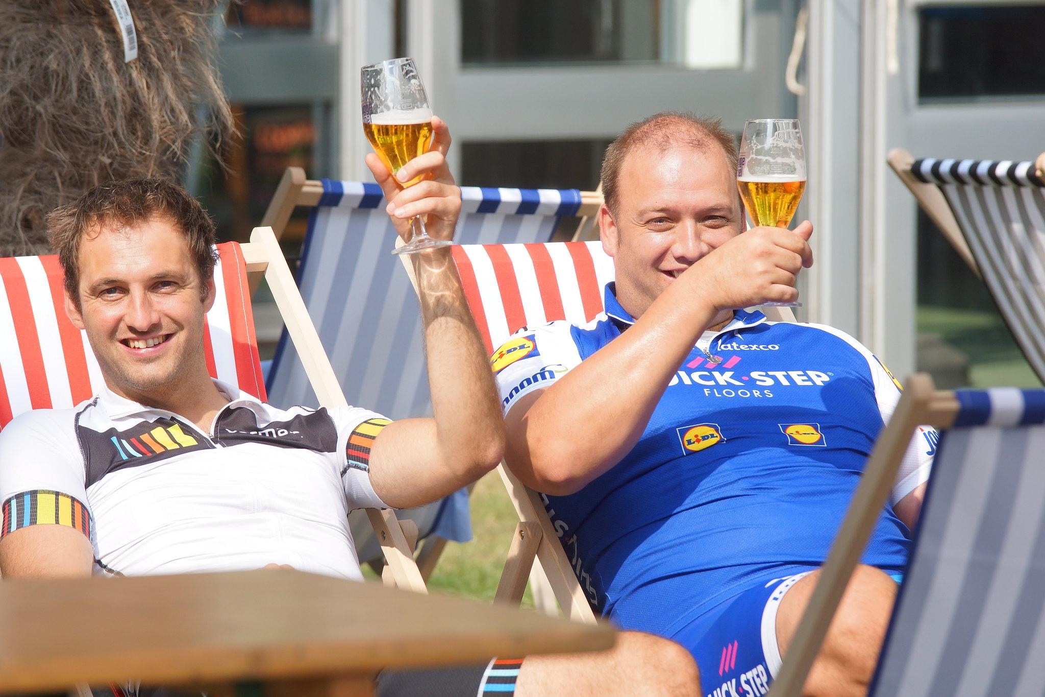 Genieten van een verfrissend drankje na de fietstocht