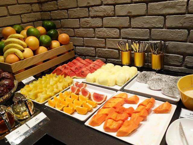 水果的種類更豐富,有久違的楊桃!還有西瓜、葡桃柚、柳橙、木瓜、蘋果、火龍果@高雄喜達絲飯店