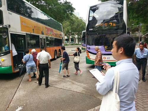 何偉倫於耀東邨總站定點監督巴士服務