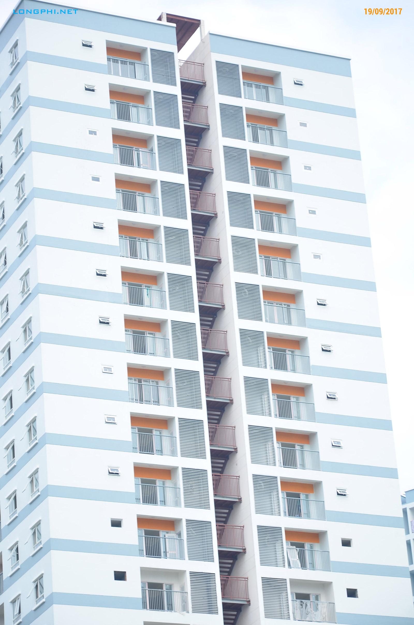 Tháp Nam Jamona Apartment nhìn mặt bên hông, công tác hoàn thiện mặt ngoài.