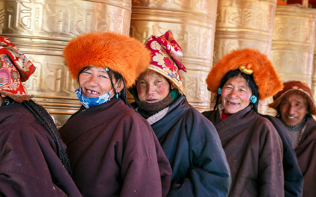 Smiling women on the pilgrimage, Yarchen Gar アチェンガルゴンパ 笑顔を向けてくれた巡礼中の女性たち