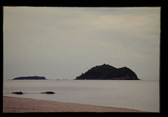 海岸より ネズミ島とネコ島