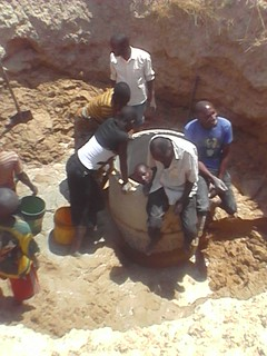 Fasi di costruzione del pozzo a Ibihwa