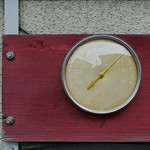 『温度計』を占う:温度計の上に、人が乗っています。
