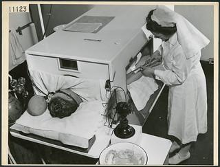 A nurse administers additional sugar to a serviceman who is undergoing fever therapy at Christie Street Hospital, Toronto... / Une infirmière administre davantage de sucre à un militaire, qui subit une pyrétothérapie à l'hôpital Christie Street, Toro