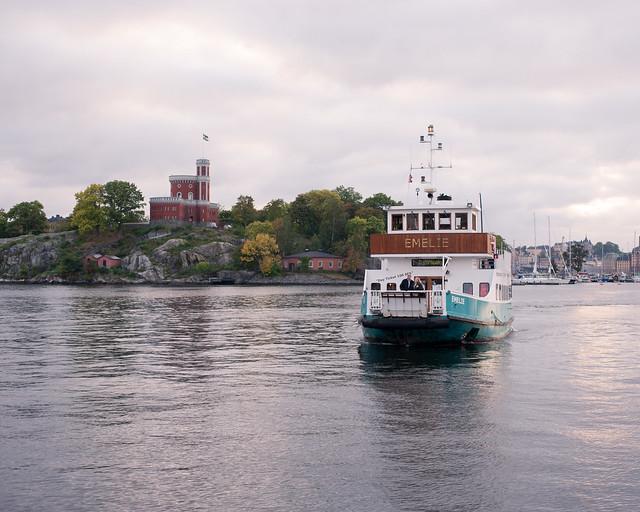 m/s Emelie angör bryggan vid Allmänna gränd