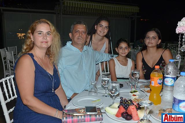 İlhami Yetkin ve ailesi Albüm için poz verdi.