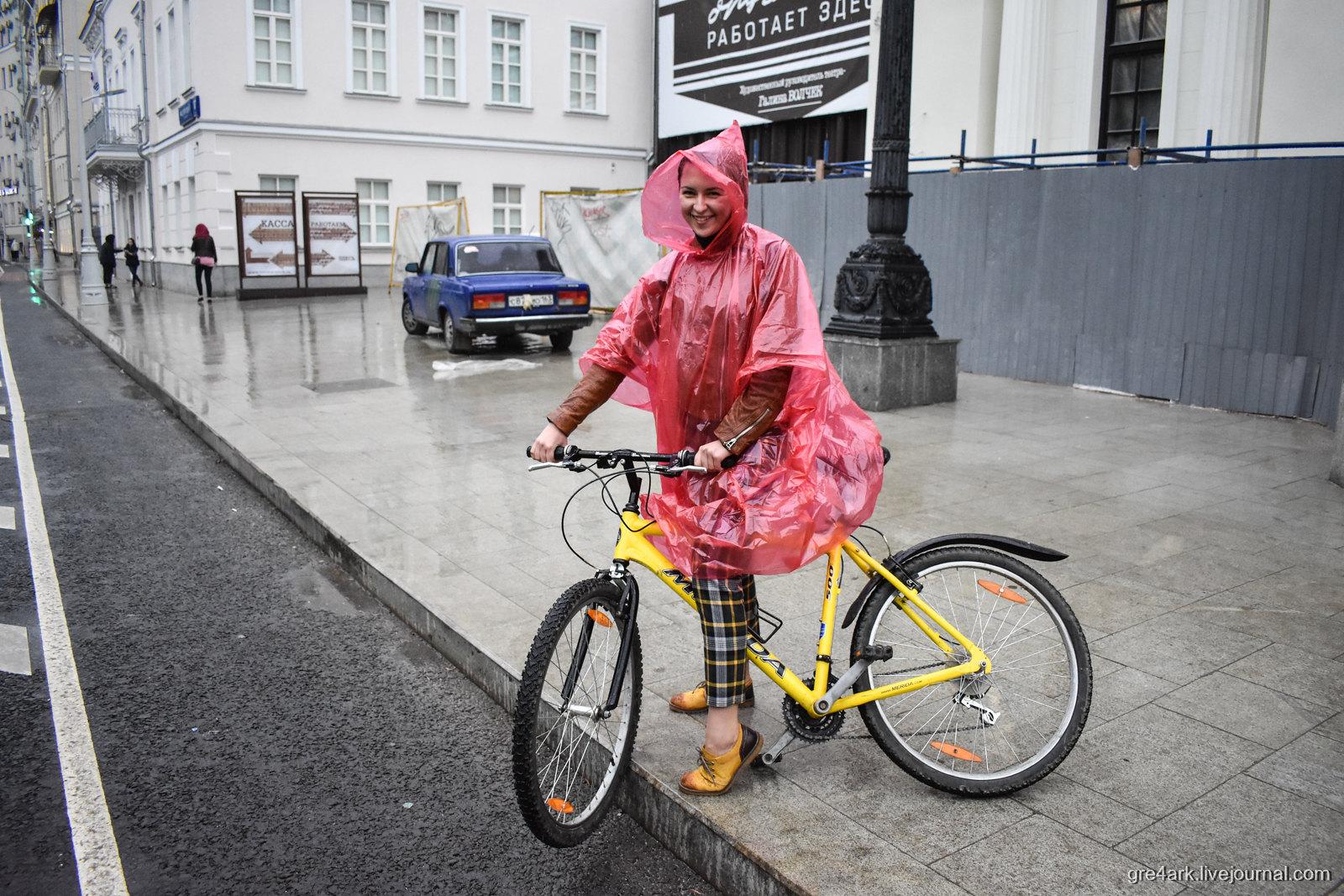В дождь на велосипеде