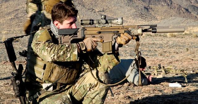 Αμερικανός SEAL με τυφέκιο Ακροβολιστού Mk20 (SCAR-H) των 7,62x51. Στην πλάτη του διακρίνουμε τον ατομικό του οπλισμό, ένα Μ4 Commando(Mk18)