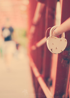 El amor nace del deseo de hacer eterno lo pasajero. Greguería.