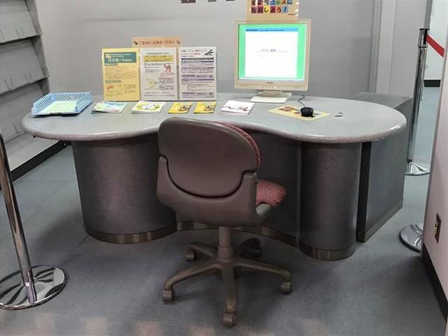 So ein Arbeitsplatz am Flughafen ist wohl aus mehreren Gründen verbesserungsfähig. 1. Position: alle können in den Monitor gaffen. Höchst ungemütlich. 2. Stuhl: ist definitiv in die Jahre gekommen und hätte ein Upgrade verdient 3. Tisch: Beinfreiheit läss