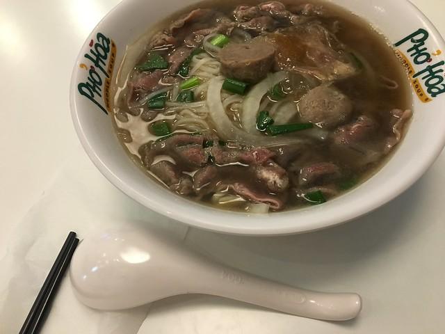 環球左營店的美越和粉Pho Hoa Noodle Soup Taiwan,湯頭和河粉我喜歡,牛筋的味道有點奇妙,黏呼呼的,碗是美耐皿Orz