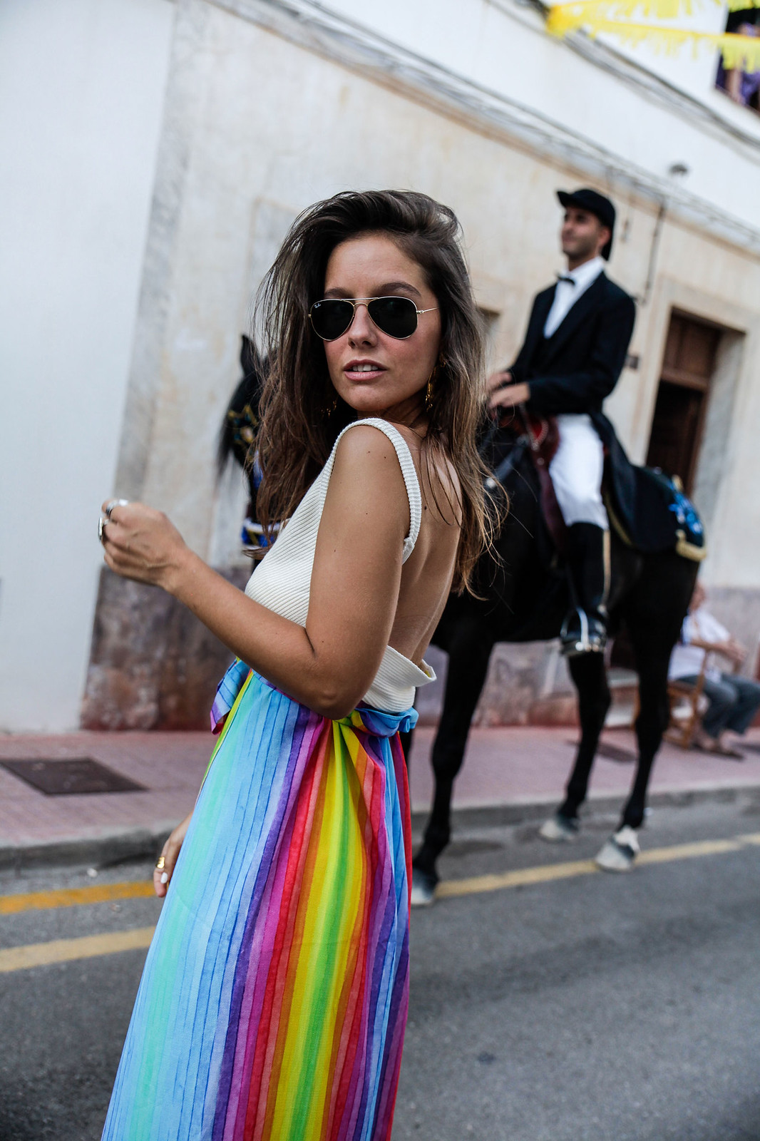 04_falda_arcoiris_top_crudo_look_fiestas_menorca_verano_theguestgirl_fashion_blogger_minorca_summer_laura_santolaria_rayban_sunglasses
