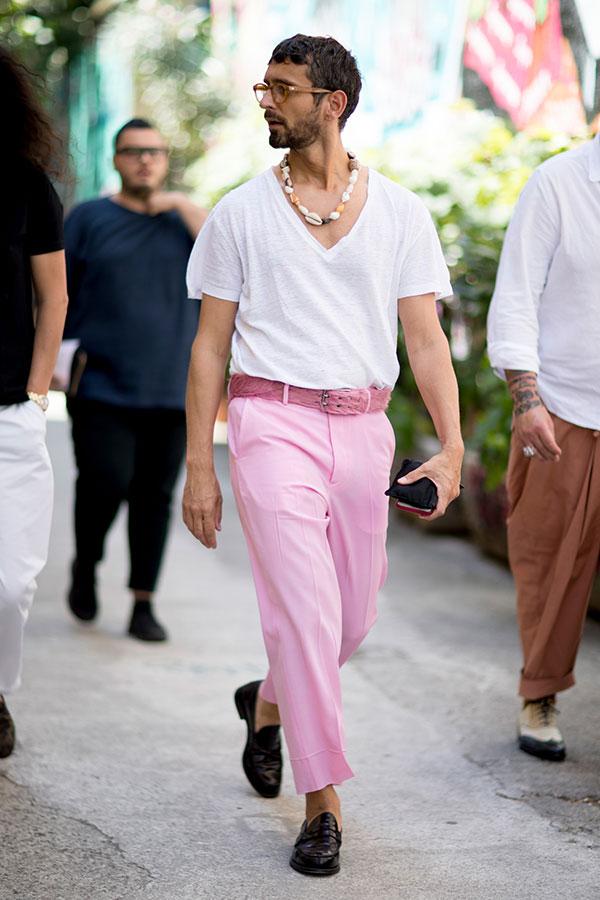 白無地VネックTシャツ×ピンクスラックス×黒ローファー