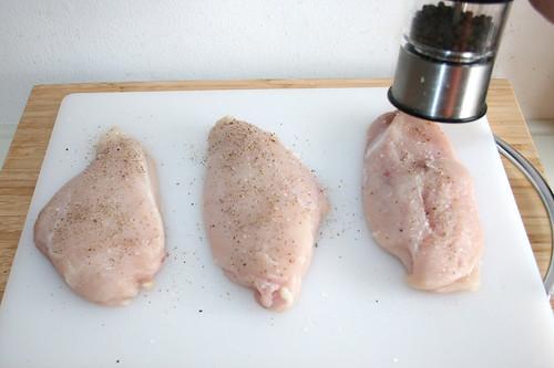 25 - Hähnchenbrüste mit Salz & Pfeffer würzen / Season chicken breats with salt & pepper