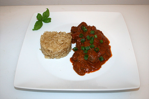 49 - Zesty beef curry with spiced rice - Served / Pikantes Rindercurry mit Gewürzreis - Serviert