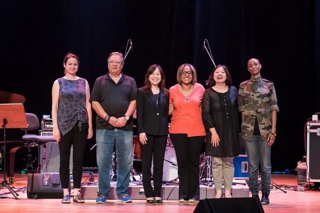 左起分別為知名鋼琴手Kris Davis、小號傳奇Arturo Sandoval、台灣賓士公共關係部陳允若協理、爵士鼓女王Terri Lyne Carrington、兩廳院代表施欣吟經理及知名DJ-Val Jenaty