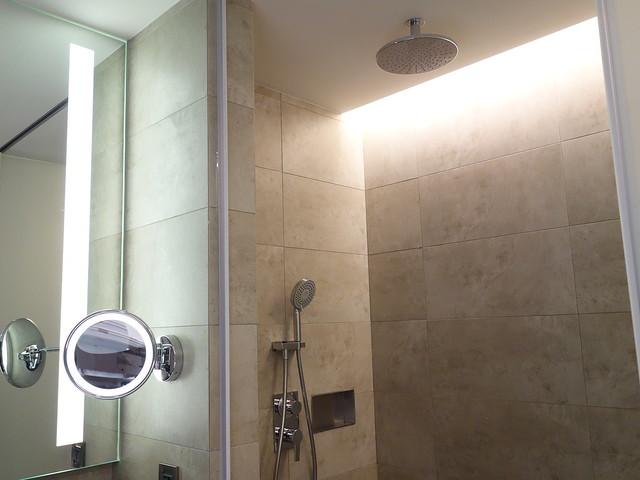 有花灑、蓮蓬頭,洗手台旁有化妝鏡@高雄喜達絲飯店