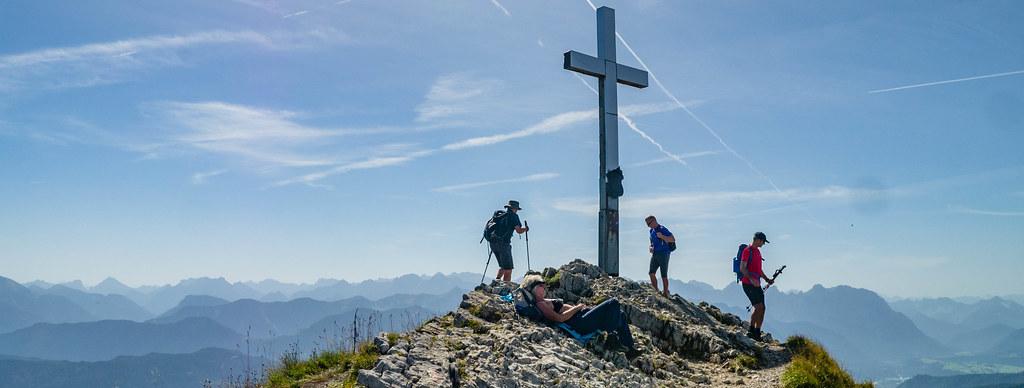 Wanderer am Heimgarten-Gipfel (1.790 m)