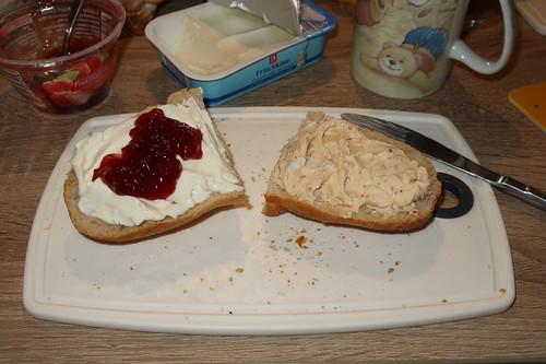 Joghurt-Frischkäse mit Erdbeermarmelade und Tomaten-Frischkäse auf aufgebackenem Baguette