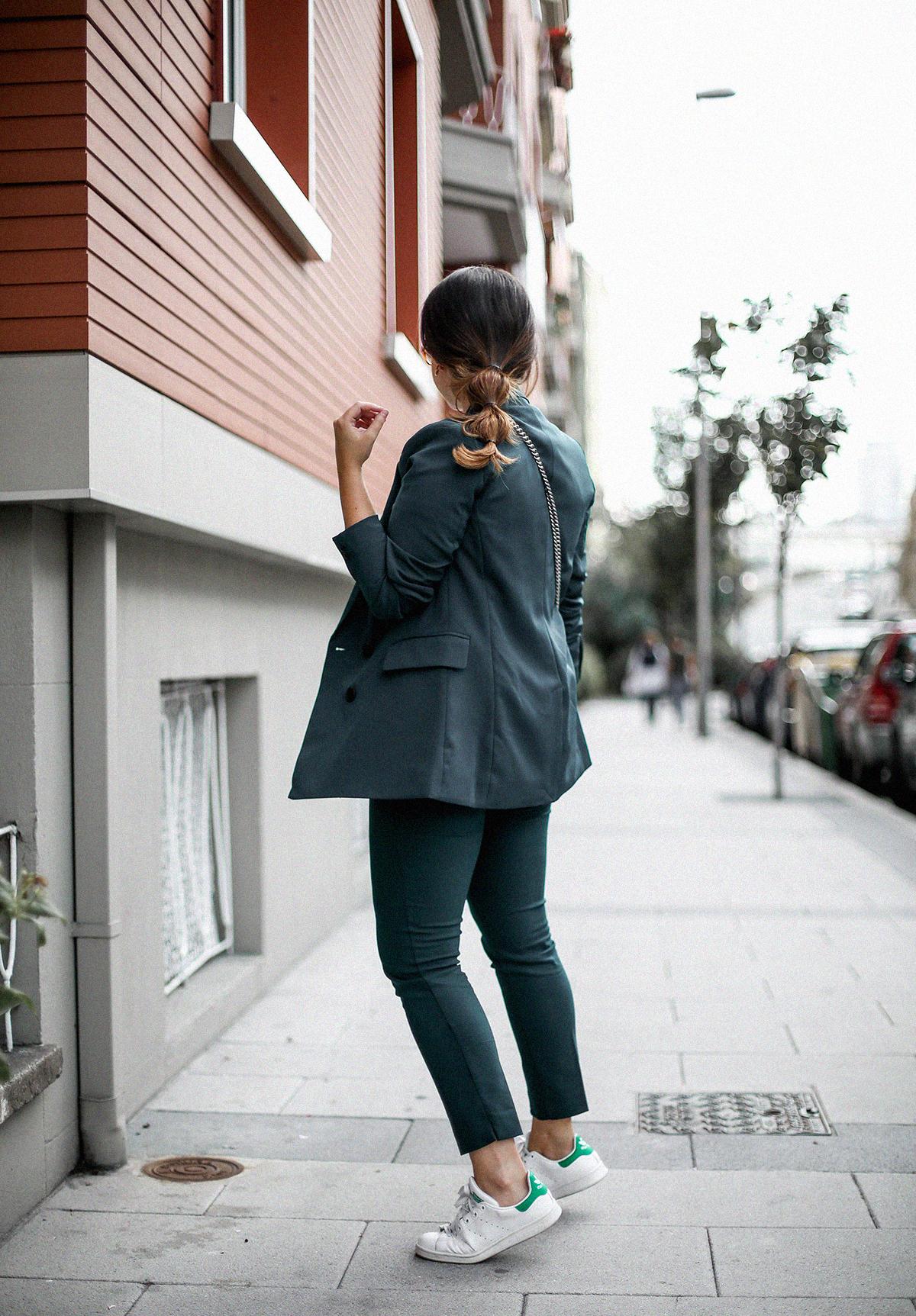 como-combinar-traje-verde-deportivas-stan-smith-adidas9