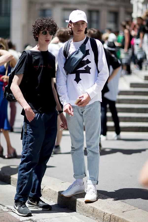 黒Tシャツ×ネイビーパンツ×Nikeエアマックス シア グレー&白キャップ×白ロンT×ジーンズ×白スニーカー
