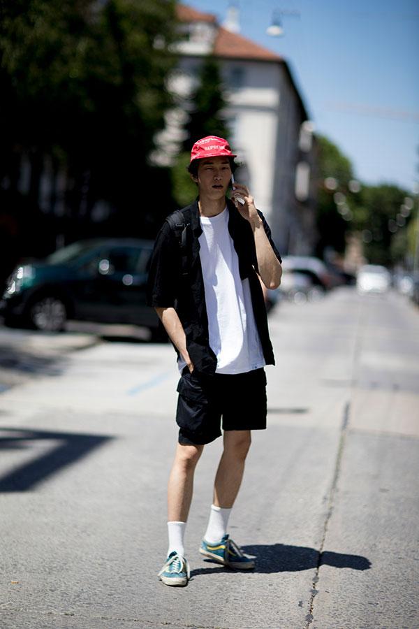 赤キャップ×黒半袖シャツ×白無地Tシャツ×黒ショートパンツ×VANS OLD SKOOL青黄