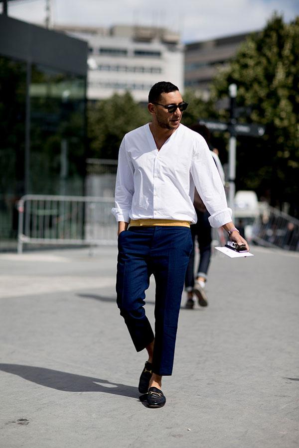 白ノーカラーシャツ×ネイビーパンツ×黒ビットモカシン