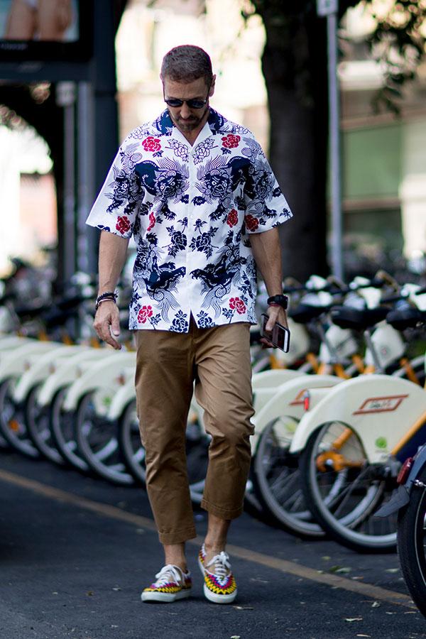 和柄半袖シャツ×ベージュクロップドパンツ×柄スニーカー