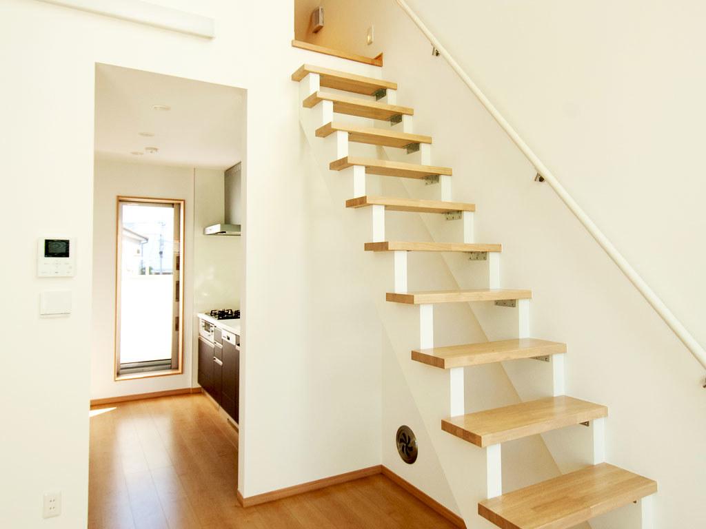 キッチンとロフトに上がる階段