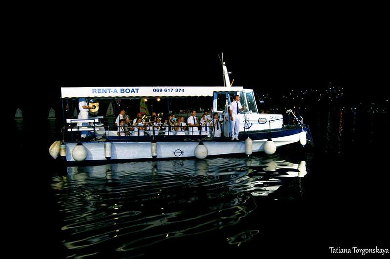 Корабль с оркестром