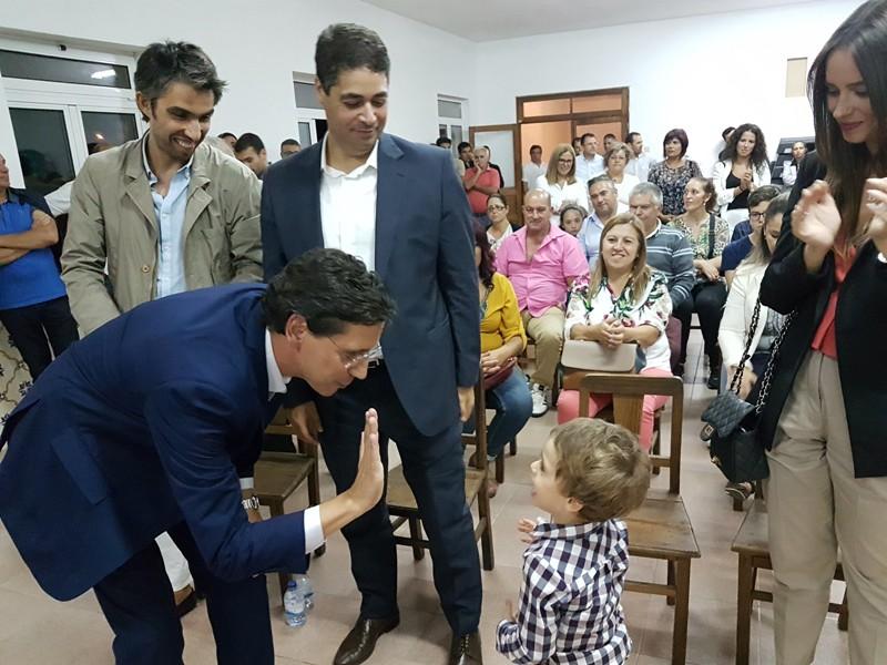 Nuno Sá numa brincadeira com uma criança em Fradelos