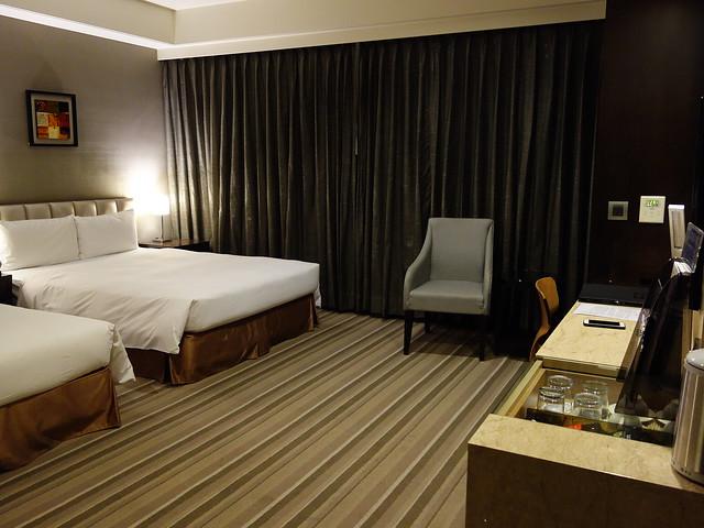 我們住雅緻家庭房,以商旅而言空間算是寬敞舒適,不過因為我們前一晚住的是 Hotel Dua,一開門我第一個感覺就是:「咦,好小間?」鹿鹿的反應是:「哇!好大的房間喔!好棒啊!」完全不一樣XD@高雄商旅
