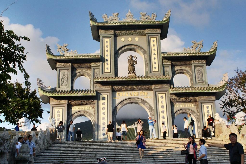 L'entrée dans le temple Linh Ung.