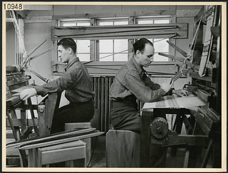 Two servicemen weaving at a loom in Scarboro Hall's occupational therapy division, Toronto, Ontario / Deux militaires utilisent un métier à tisser au service d'ergothérapie de Scarboro Hall, Toronto (Ontario)