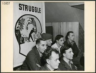 Section of an audience made up of servicemen listening to a lecture on group therapy at Scarboro Hall, Toronto... / Partie d'un auditoire composé de militaires qui écoutent une présentation sur la thérapie de groupe à Scarboro Hall, Toronto...