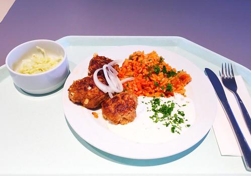 Bifteki with fresh onions, tzatziki & tomato rice / Bifteki mit frischen Zwiebel, Tzatziki & Djuvecreis