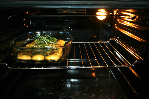 51 - Kartoffeln in Ofen schieben / Put potatoes in oven