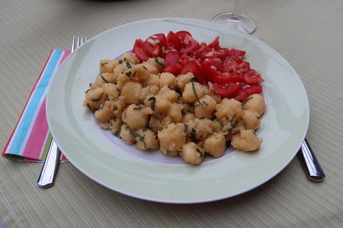 Gnocchi mit Salbei-Butter und dazu Tomatensalat