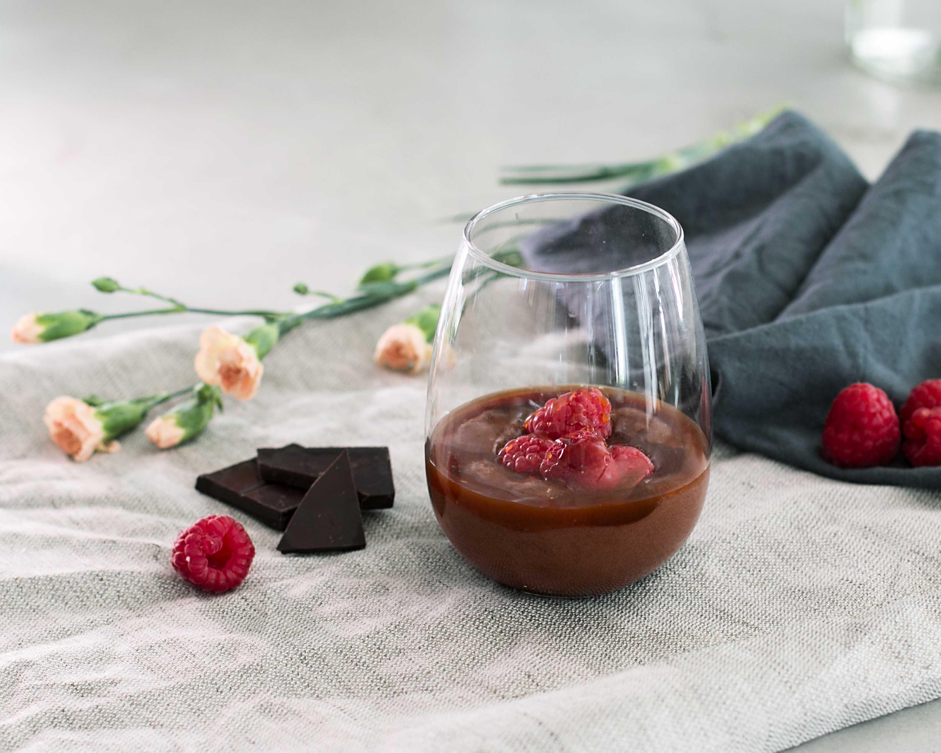 suklaamousse vadelmilla ja karamellikastikkeella