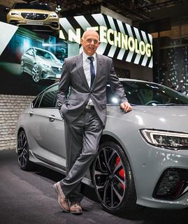 Opel OPC-Chef Volker Stryzek vor dem Insignia GSi