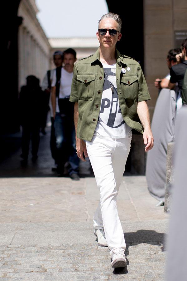 カーキ半袖ミリタリーシャツ×白Tシャツ×白パンツ×白スニーカー