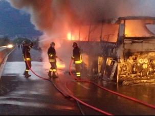 bus banda in fiamme