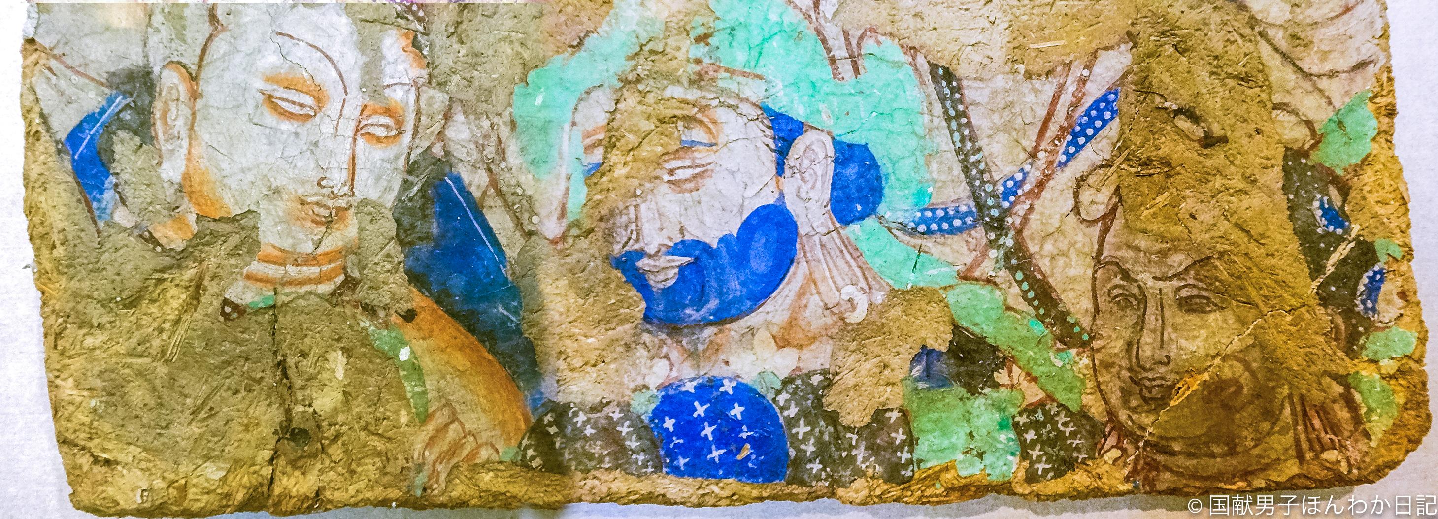 ギメ東洋美術館展示中の壁画とその下半分、貴人の従者か(ガラス越しに撮影:筆者)